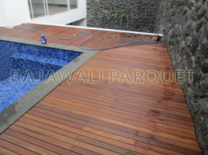 memasang decking kayu outdoor