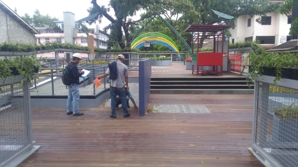 decking kayu di skywalk